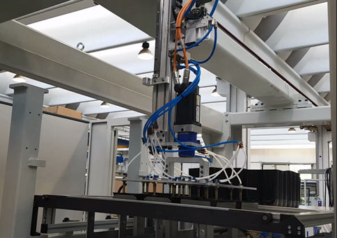 Nuevo robot de apilamiento para la termoformadora ACF de Amut-Comi