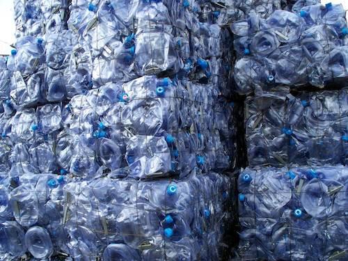 Denuncian retrasos en la aprobación de normas sobre plástico reciclado para uso alimentario