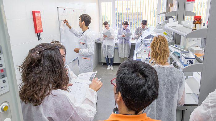 AIMPLAS, centro tecnológico del plástico, máster sobre plásticos, polímeros, inyección de plásticos, estudiantes, titulados, formación técnica, becas y ayudas