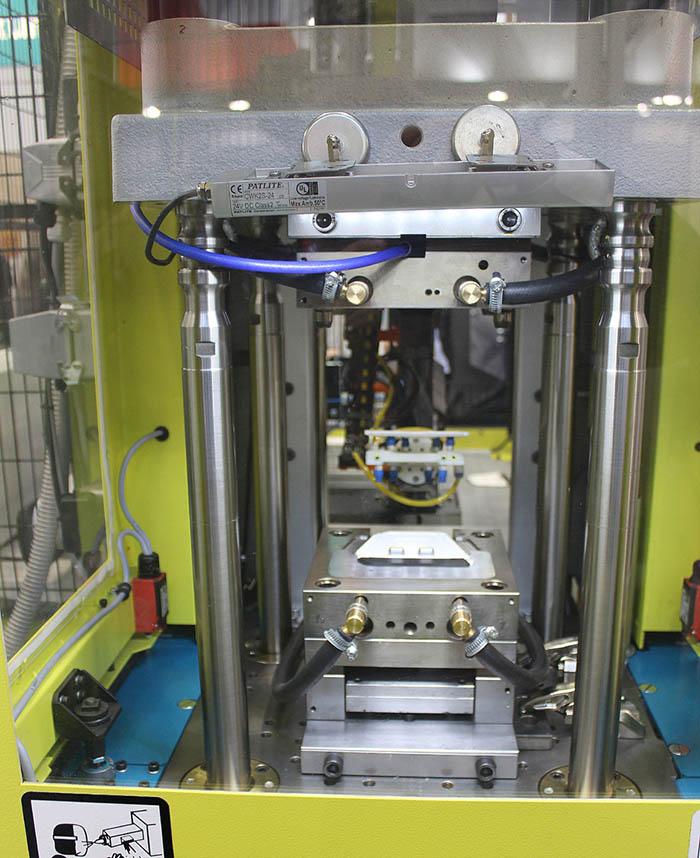 inyectora de plástico, feria mecspe, dr boy, centrotécnica, boy 35 e vv, sobremoldeo de raspadores de hielo con tpe