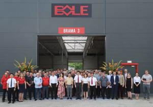 asistentes a la inauguración del nuevo centro de operaciones de Bole para Europa