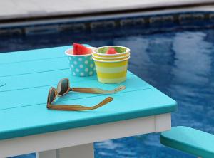 gafas de sol, fruta y piscina