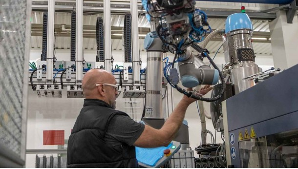 Universal Robots lanza una interfaz para cobots en el moldeo por inyección